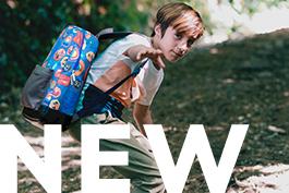 Garçon avec sac à dos bleu