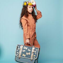 🦋🤩Revoici nos papillons dorés, pour une rentrée tout en douceur ! Bon lundi 😘  💕Existe en 2 tailles : cartable moyen Princesse Papillon à partir du CP et grand cartable Princesse Papillon à partir du CE2 💕 . #carameletcie #caramel_et_cie #kidsandfamily #kidslifestyle #kids #instakids #enfance #cartable #binder #sacados #bag #happiness #nouvellecollection #newcollection #papillon #buterfly
